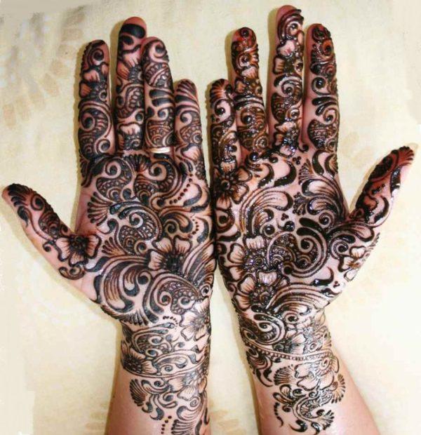 Men tattoo henna on the palms