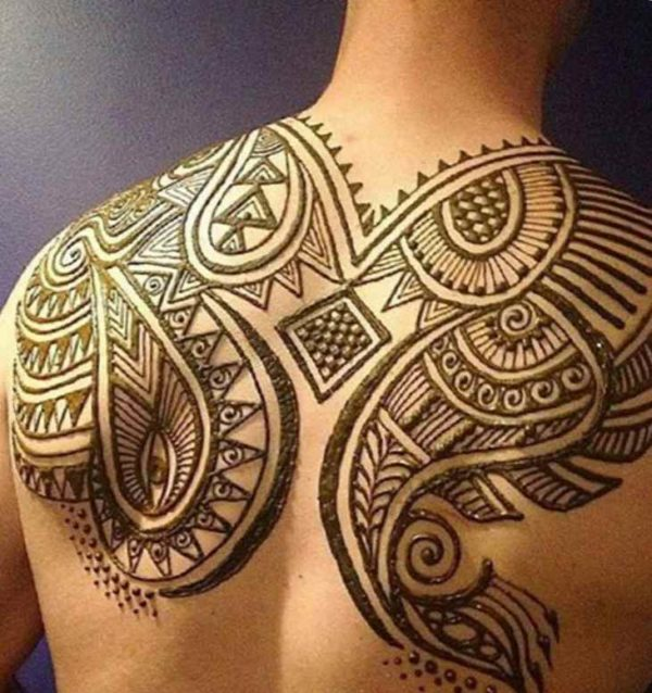 Men's tattoo with henna on the shoulder blades